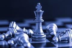 Jogo do desafio da inteligência da batalha da xadrez da estratégia no tabuleiro de xadrez Imagem de Stock Royalty Free