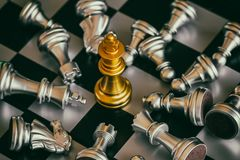 Jogo do desafio da inteligência da batalha da xadrez da estratégia no tabuleiro de xadrez imagem de stock