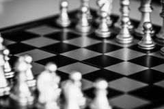 Jogo do desafio da inteligência da batalha da xadrez da estratégia no tabuleiro de xadrez Imagens de Stock Royalty Free