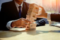 Jogo do desafio da torre do perigo da falha dos homens de negócios Fotografia de Stock Royalty Free