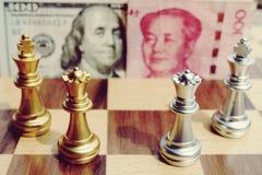 Jogo do dinheiro Jogo de xadrez Consultando dois countries' grandes; conflito de s Guerra comercial fotografia de stock