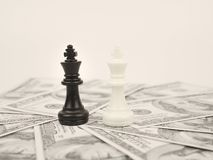 Jogo do dinheiro do mundo pelo rei preto da xadrez do vencedor imagem de stock royalty free