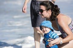 Jogo do filho da mãe e do bebê na praia em México Fotos de Stock Royalty Free