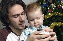 Jogo do filho e do pai com brinquedos Fotos de Stock Royalty Free