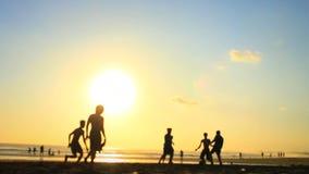 Jogo do futebol/futebol da praia das horas de verão (2 de 2) vídeos de arquivo