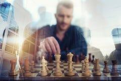 Jogo do homem de negócios com jogo de xadrez conceito da estratégia empresarial e da tática Exposição dobro fotos de stock royalty free