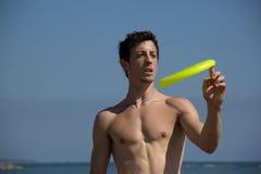 Jogo do indivíduo da praia com frisbee Imagens de Stock Royalty Free