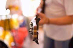 Jogo do músico na guitarra baixa imagem de stock