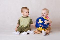 Jogo do menino e da menina com esfera Fotografia de Stock