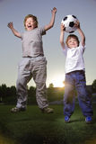jogo do menino no futebol Fotos de Stock Royalty Free