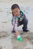 Jogo do miúdo na praia fotos de stock royalty free