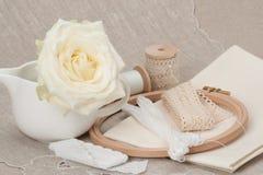 Jogo do ofício da costura e do bordado Costurando acessórios fotografia de stock royalty free