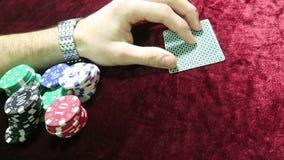 Jogo do póquer a combinação de um par de áss uma possibilidade ganhar o homem faz uma aposta encontre-se em torno das microplaque video estoque