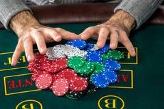 Jogo do pôquer Microplaquetas e cartões imagem de stock