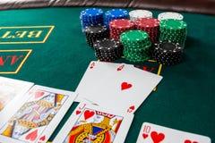 Jogo do pôquer Microplaquetas e cartões fotos de stock