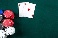 Jogo do pôquer Microplaquetas e cartões fotos de stock royalty free
