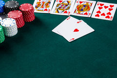 Jogo do pôquer Microplaquetas e cartões imagens de stock