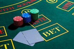 Jogo do pôquer Microplaquetas e cartões fotografia de stock