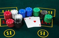 Jogo do pôquer Microplaquetas e cartões imagem de stock royalty free