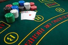Jogo do pôquer Microplaquetas e cartões foto de stock royalty free