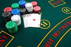 Jogo do pôquer Microplaquetas e cartões foto de stock