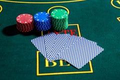 Jogo do pôquer Microplaquetas e cartões imagens de stock royalty free