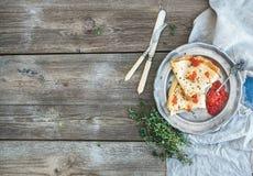 Jogo do pequeno almoço Crepes finos com o caviar vermelho na placa de metal rústica, no tomilho fresco e na louça do vintage sobr Fotos de Stock Royalty Free