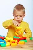 Jogo do rapaz pequeno Fotografia de Stock Royalty Free