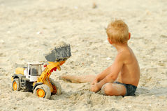 Jogo do rapaz pequeno na praia do thÑ Foto de Stock Royalty Free
