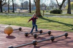 Jogo do rapaz pequeno no parque do verão Criança com roupa colorida foto de stock royalty free