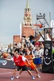 Jogo do relógio dos povos durante o fest de Dudu Streetbasket Imagens de Stock Royalty Free