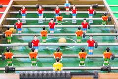 Jogo do retrocesso do futebol ou do futebol da tabela com figuras do jogador Imagens de Stock