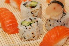 Jogo do sushi e dos rolos fotografia de stock