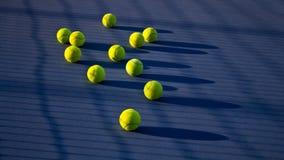 Jogo do tênis Bola de tênis no campo de tênis fotos de stock royalty free