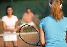 Jogo do tênis dos dobros misturados foto de stock