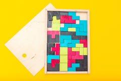 Jogo do Tangram no fundo amarelo Configuração lisa fotos de stock royalty free