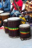 Jogo dos bateristas de Djembe imagens de stock royalty free