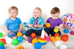 Jogo dos bebês com brinquedos Fotografia de Stock