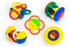 Jogo dos chocalhos coloridos do bebê isolados no branco Imagens de Stock Royalty Free