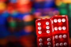 jogo dos dados do conceito do casino no fundo borrado colorido fotos de stock royalty free