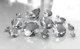 Jogo dos diamantes redondos brancos na superfície lustrosa Imagens de Stock