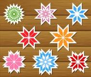 Jogo dos flocos de neve de papel no fundo de madeira ilustração stock