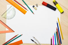 Jogo dos lápis, dos eliminadores, dos post-it e de outras fontes úteis para a escola Há uma folha vazia centrada para a escrita d Fotos de Stock Royalty Free
