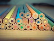 Jogo dos lápis Fundo ascendente próximo da foto Imagens de Stock