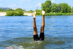 Jogo dos miúdos na água - somente pés Fotografia de Stock Royalty Free