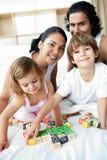 Jogo dos pais e das crianças fotografia de stock royalty free