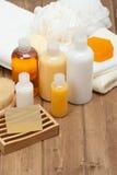Jogo dos termas Champô, barra do sabão e líquido Gel do chuveiro toalhas Woode Fotografia de Stock