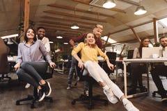Jogo duro do trabalho duro Executivos que t?m o divertimento no escrit?rio fotos de stock royalty free