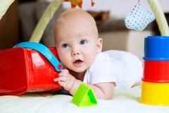 Jogo e descoberta do bebê Fotografia de Stock