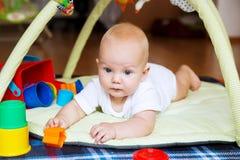 Jogo e descoberta do bebê Fotos de Stock Royalty Free